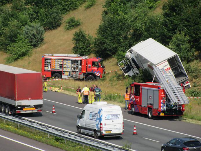 Chauffeur gewond bij ongeval met vrachtwagen op A1.