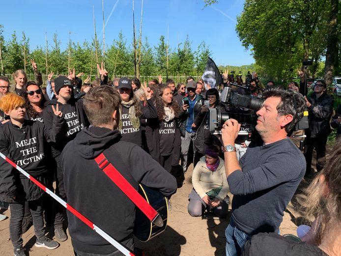 De actievoerders op het terrein bij de boerderij in Boxtel.