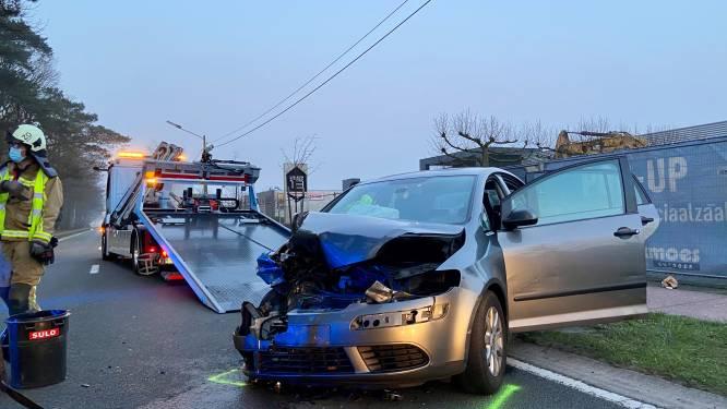 Auto rijdt in op vrachtwagen: drie inzittenden naar ziekenhuis