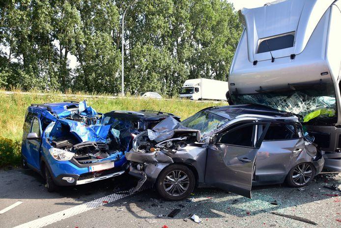 Bij de kettingbotsing op de E403 in Ardooie, in de staart van de file die er stond wegens werken, waren drie vrachtwagens en evenveel personenwagens betrokken. De materiële schade was enorm.