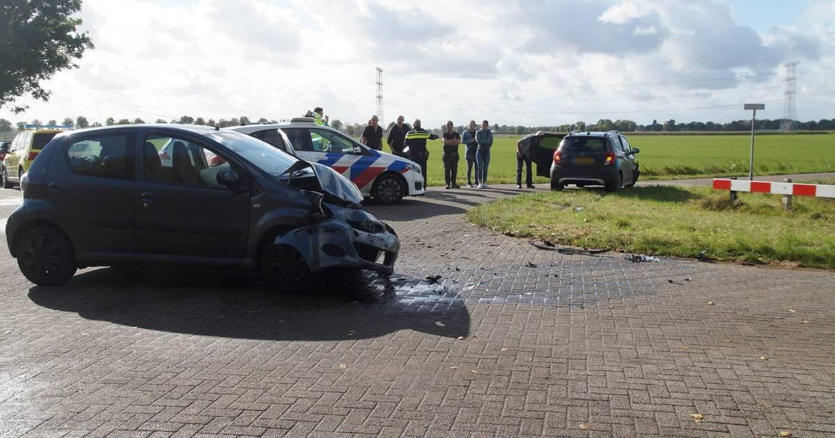 Twee autos zwaar beschadigd geraakt door botsing voor ingang van de carwash bij vliegveld Groningen Airport Eelde.