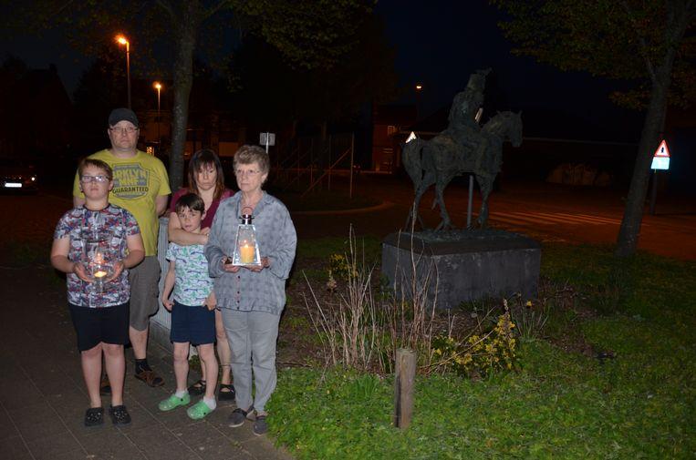 Ook deze buurtbewoners van de Ruiter staken een kaarsje aan voor hun overleden burgemeester.