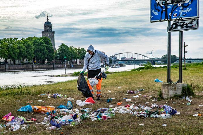 Het gebied langs de IJssel bij Deventer is een populaire hangplek voor jongeren. De ochtend erna blijkt welke rotzooi wordt achtergelaten. Opruimers hebben er de handen vol aan.