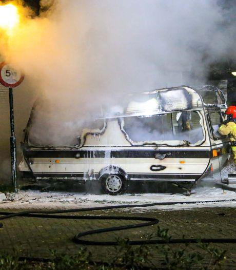 Caravan brandt uit bij kamp in Asten