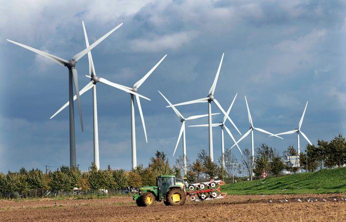 De acht windmolens langs de A15 bij Lienden en Kesteren.