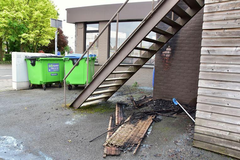 Een onbekende stak een afdekscherm in kunststof in brand, dat stond opgesteld onder de trap naar het dakterras van het restaurant.