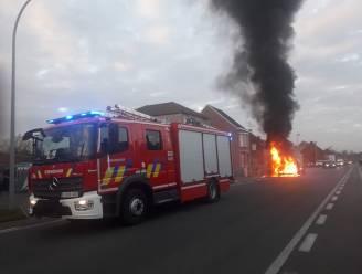 """Bestelwagen gaat op in vlammenzee: """"Toen ik de motorkap opensloeg was het vuur niet meer tegen te houden"""""""