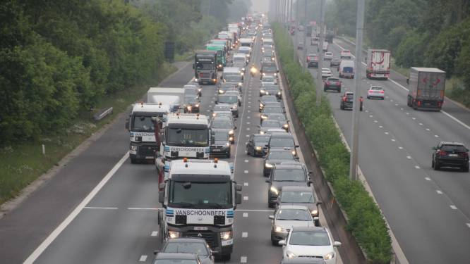 Chaotische ochtendspits door vrachtwagen met pech en ongeval op E40 richting kust