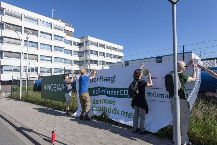 'Bannerdrop' bij Nobian in Hengelo (voorheen Nouryon en daarvoor AkzoNobel) van klimaatactivisten van Milieudefensie en Extinction Rebellion.