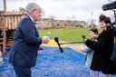 De kinderen van Leidschenveen interviewen burgemeester Van Zanen voor hun vlog over de corona proof opening van hun speeltuin. Op de achtergrond de kabelbaan, de favoriet van de jonge Jan van Zanen.