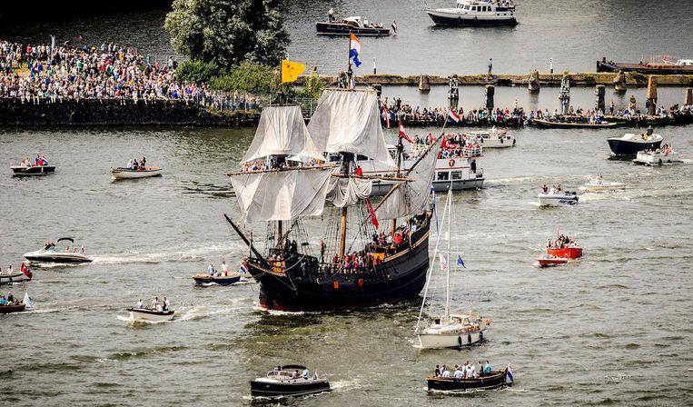 De replica van de Halve Maen, tijdens de Sail-In Parade gezien vanuit de ADAM Toren Beeld ANP