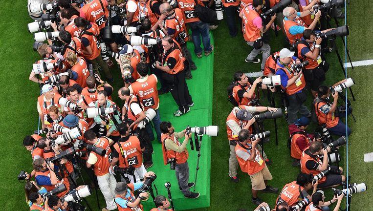 De pers is de laatste jaren massaal aanwezig bij grote voetbaltoernooien, zo bewijst dit beeld van tijdens het WK in Brazilië. Beeld © AFP