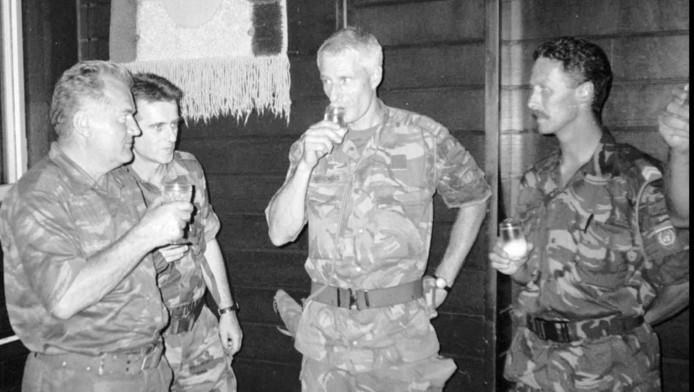 Generaal Ratko Mladic (links), heft het glas met Tom Karremans (2e rechts). Archieffoto uit 1995