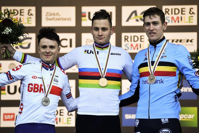 Het podium: goud voor Mathieu van der Poel, zilver voor Tom Pidcock (links) en brons voor Toon Aerts. Beeld EPA