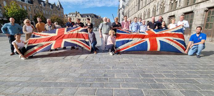"""Op de Grote Markt werd symbolische de Britse vlag ontrold: """"We willen de Britten zo snel mogelijk terug."""""""
