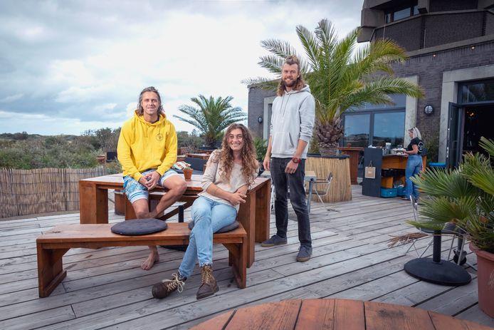 Robin Durieux, Charlotte Helmond en Maxim Joosen van PLSTK Café: vanaf het terras 180 graden uitzicht op de duinen.