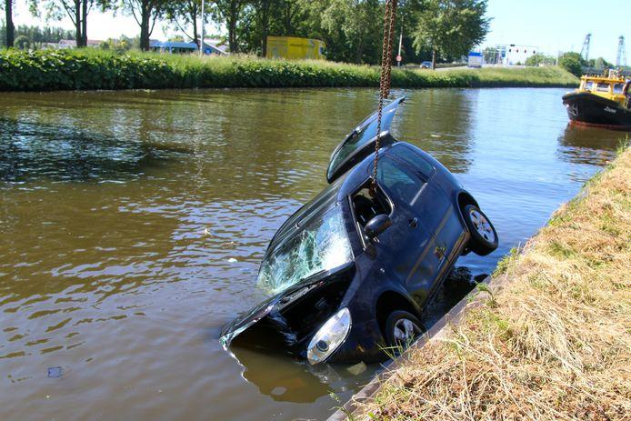 Langs de Westkanaalweg, ter hoogte van het C. P. Mulderveld belandde vanochtend een auto in het water. Dankzij omstanders die in het water doken, is de bestuurder van de auto uit zijn voertuig bevrijd.