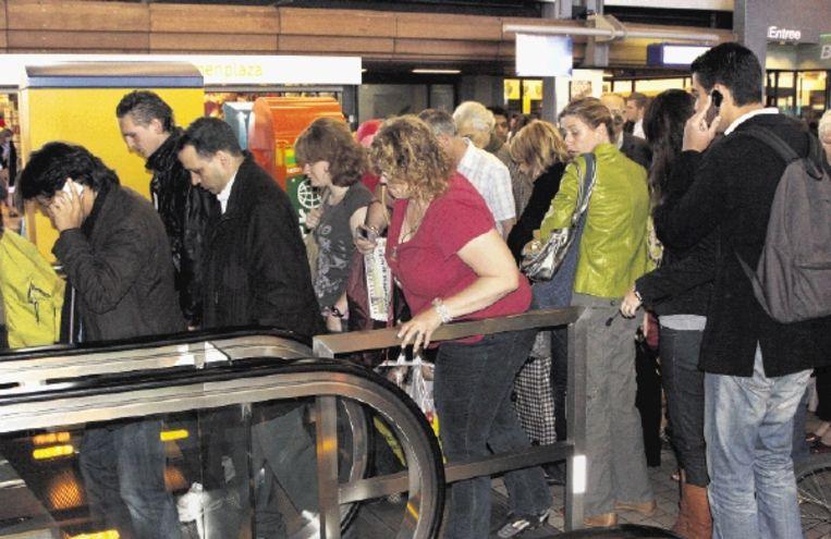 Hoeveel mensen zich ook verdringen op een roltrap, ze komen erop en ze komen eraf. Wachtenden in de rij gedragen zich als korrels in een verstopte trechter. (FOTO BERT SPIERTZ, HH) Beeld Bert Spiertz/Hollandse Hoogte