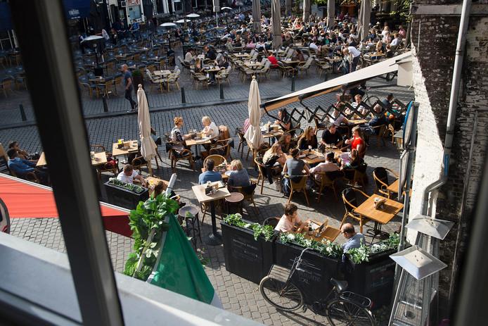 Zomerse taferelen in oktober op de Havermarkt in Breda.