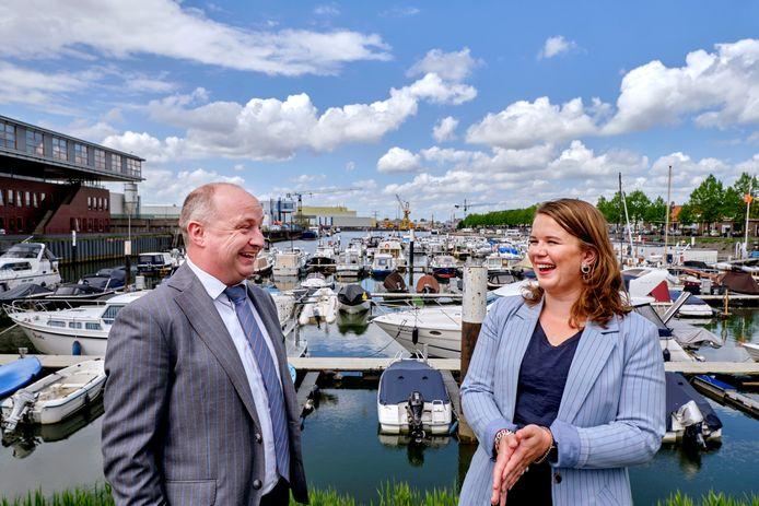 Kees van de Graaf en Anly den Breejen in de jachthaven van Sliedrecht.