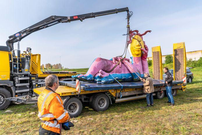 Het kunstwerk is vanuit het water veilig op de aanhanger getakeld constateren eigenaar Cor van der Heijden (lichte jas) en aannemer Dôt Selten (rechts) die het gevaarte naar Bladel vervoert. Duidelijk is te zien dat het beeld flink is verkleurd.