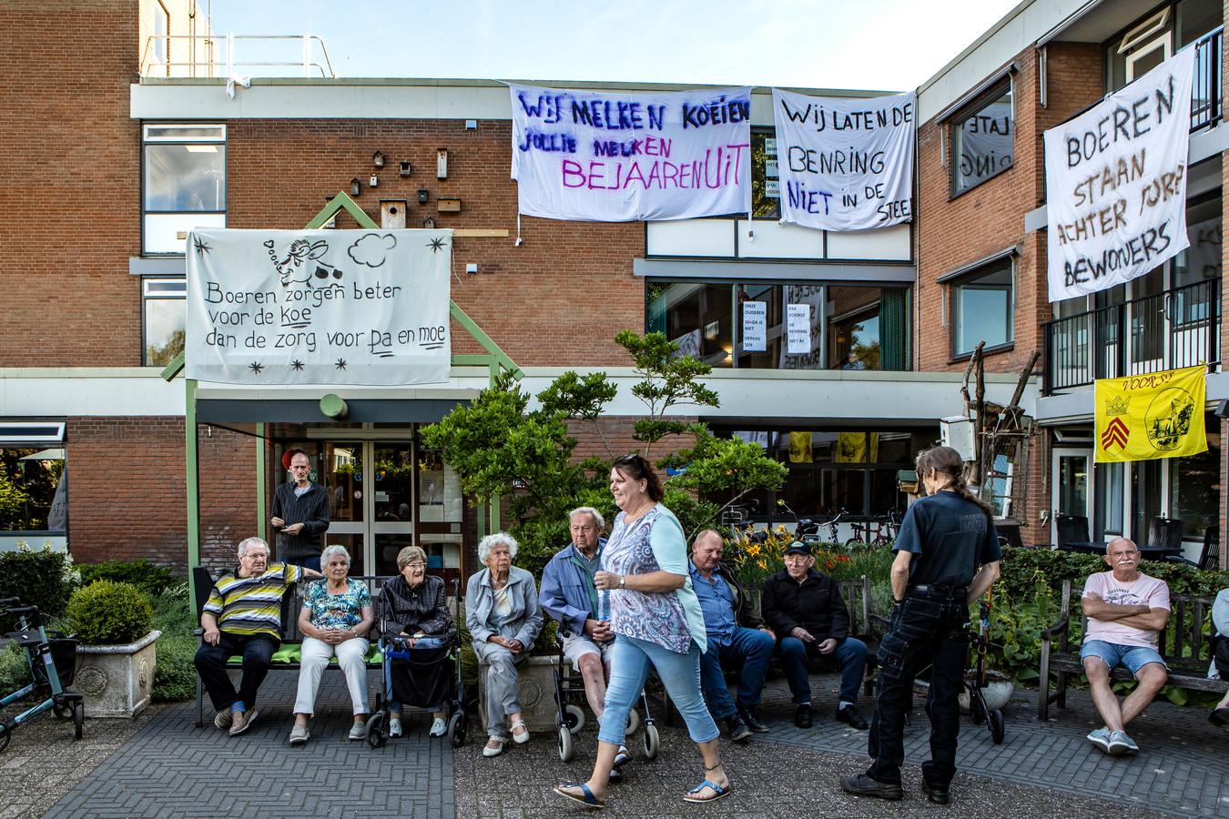 Een archieffoto van demonstrerende bewoners in Voorst tegen de verhuizing van zes dementerende hoogbejaarde bewoners van woon-zorgcentrum De Benring.