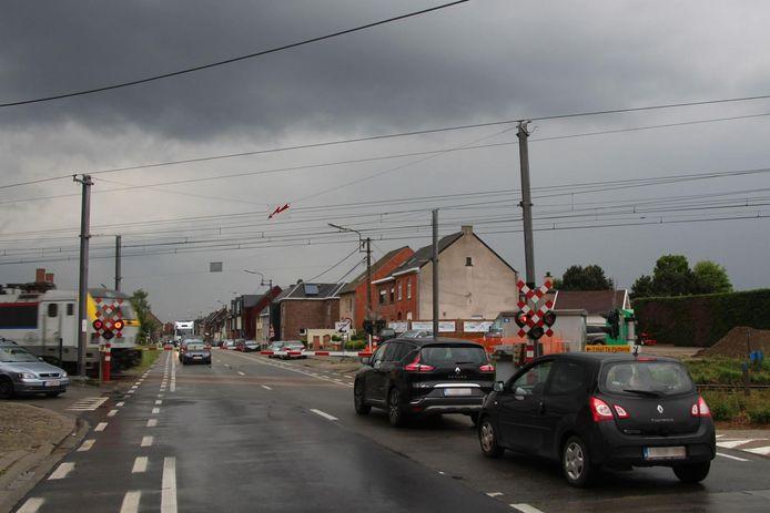 Enkel verkeer richting Wichelen kan de komende dagen gebruik maken van deze spooroverweg.