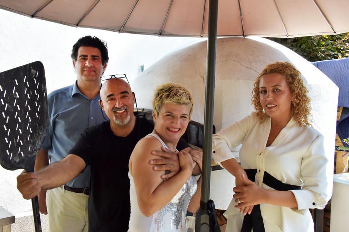 De uitbaters van het nieuwe restaurant, van links naar rechts: Antonio, Sam, Sebnem en Najova bij de houtoven.
