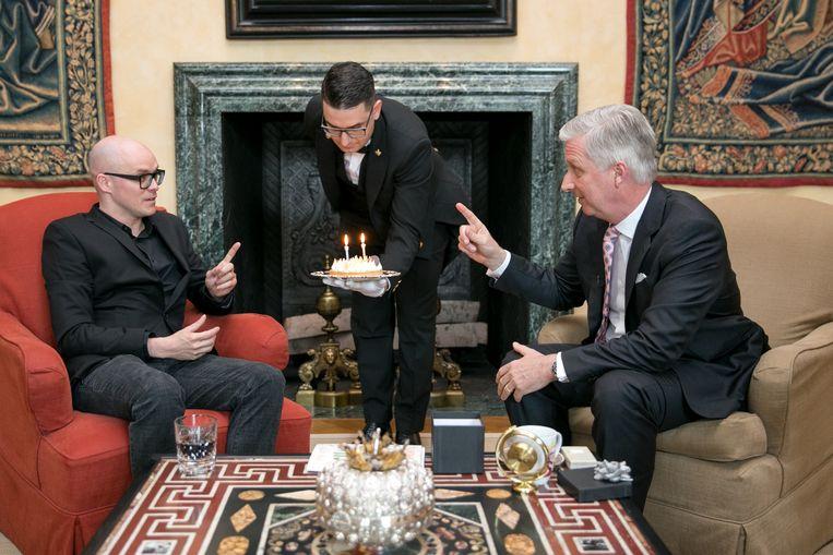 Philippe Geubels verjaart op dezelfde dag als koning Filip en ging langs op het paleis. Een sympathieke stunt die ongetwijfeld uit de koker van Vincent Houssiau komt.