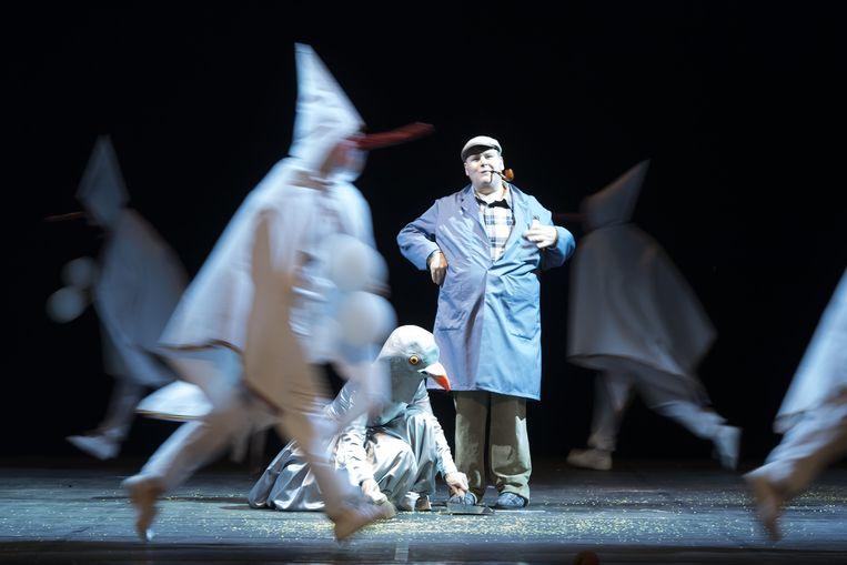Andrew van Ostade leidt de dans in 'Belgian Rules/Belgium Rules' van Jan Fabre Beeld Wonge Bergmann