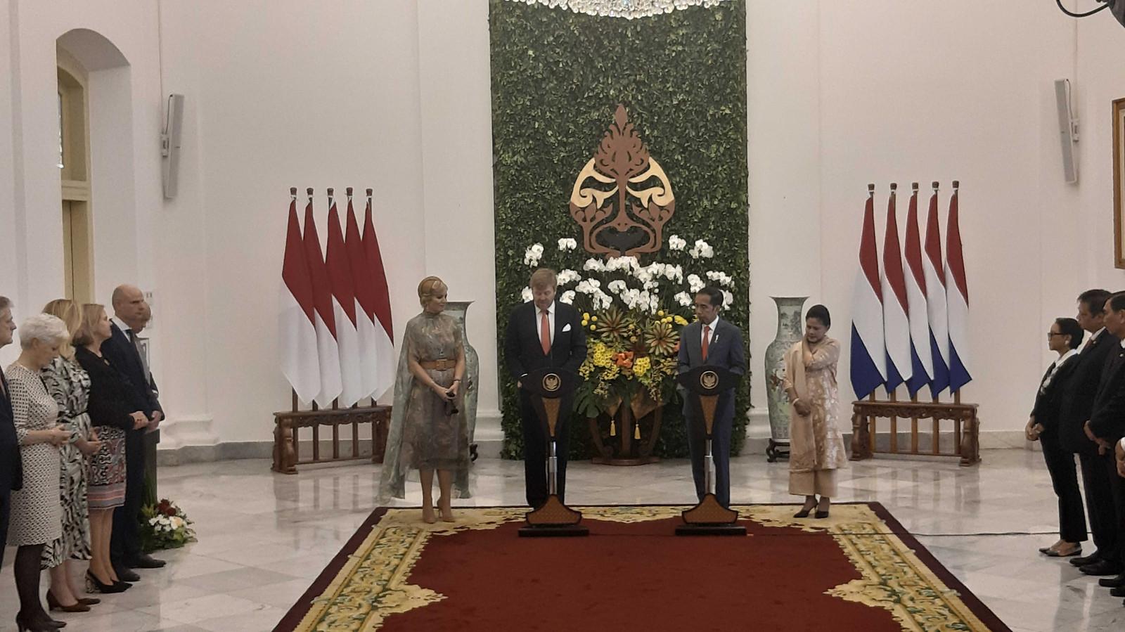 Koning Willem-Alexander en koningin Máxima in het  in het presidentieel paleis in Bogor. Rechts Joko Widodo, de president van Indonesië en zijn vrouw Iriana Joko Widodo.