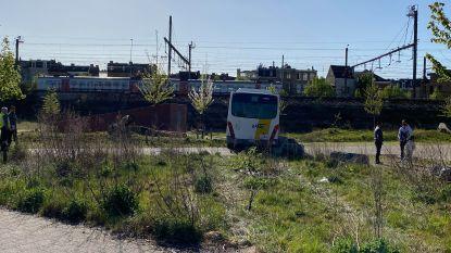 Lijnbus  strandt in spoorwegberm