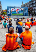Nederlandse fans kijken op het fan-plein in Porto naar Engeland-Zwitserland.