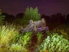 Auto belandt op de kop in weiland in Budel-Schoot, bestuurder spoorloos
