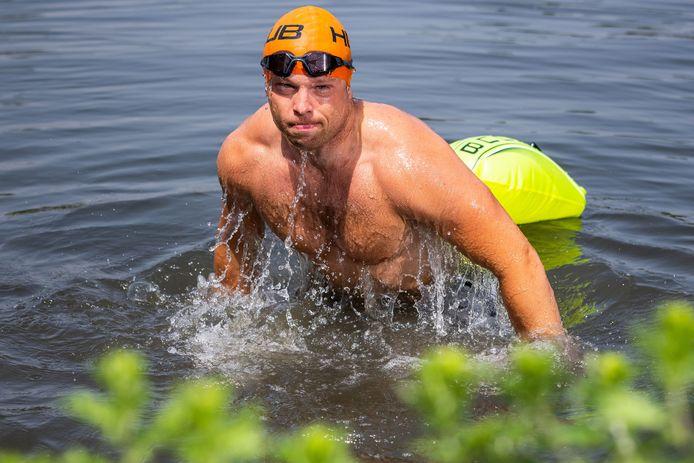 Bruce Korthout komt de Noorderplas uit, het koude water waarin hij traint voor de triatlon.