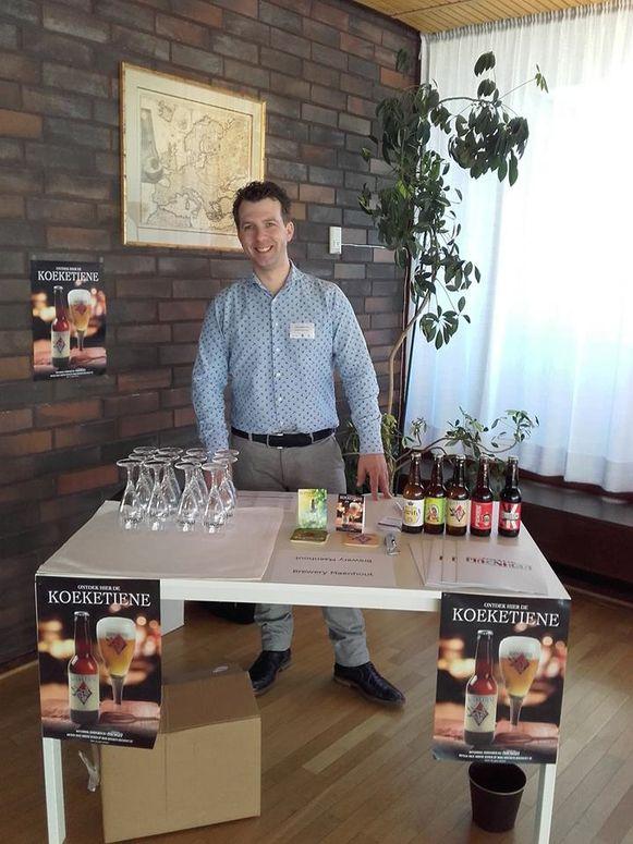 Brouwer Thijs Maenhout stelt zijn Koeketiene-bier voor in Finland.