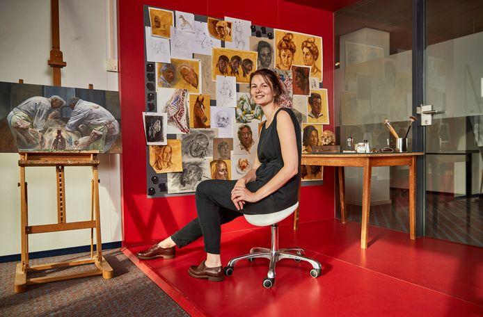 Kunstenares Kim van den Enden in haar atelier in Rotterdam.