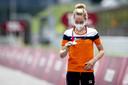 Anna van der Breggen kijkt naar haar bronzen medaille na afloop van de individuele tijdrit op de weg op het Fuji International Speedway tijdens de Olympische Spelen van Tokio.