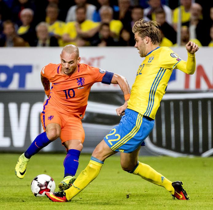 Wesley Sneijder in duel met Zweden, de grootste concurrent in de strijd om de tweede plek in poule A.