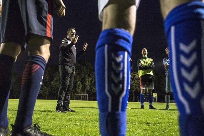 Trainer Marcel van den Hurck gaat met Neerlandia'31 aan kop in zondag 5C. foto Ramon Mangold/Pix4Profs