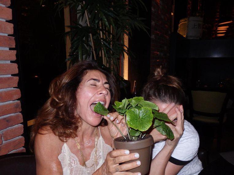 Zakenvrouw Ashkaine Hora Adema, een wasabi-plantje, journalist Maartje Willems (vlnr). Iets later op de avond. Beeld Schuim