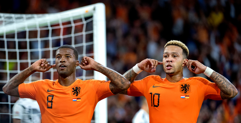 Georginio Wijnaldum ( links ) en Memphis Depay vieren het doelpunt van Wijnaldum  Beeld Klaas Jan van der Weij