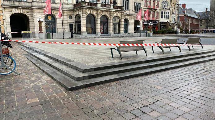 Het Sint-Baafsplein in Gent werd zondagochtend afgesloten wegens gladheid.