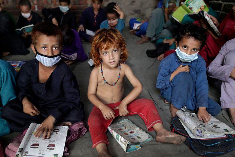 Kinderen van Afghaanse vluchtelingen in de buurt van de Pakistaanse stad Lahore.  Beeld AP