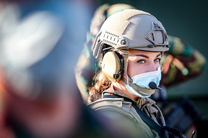 Een vrouwelijke soldaat voor het bezoek van de koning aan de medische component van Defensie in Marche-en-Famenne eerder deze week.