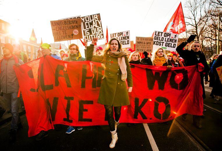 In december kwamen in Den Haag ruim tweeduizend studenten en docenten bijeen om tegen de aanhoudende bezuinigingen op het hoger onderwijs te demonstreren. Beeld ANP