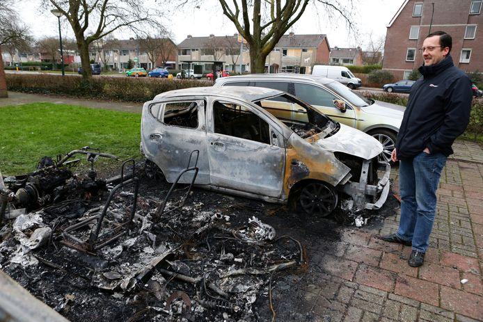 Marcel Brillemans kijkt naar de restanten van  de auto van Corrie van den Haak en zijn Nissan.