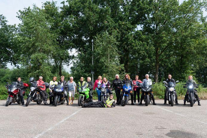 De vrouwelijke motorrijders van STIMON met op de voorgrond toerleider Annemieke Stoke.