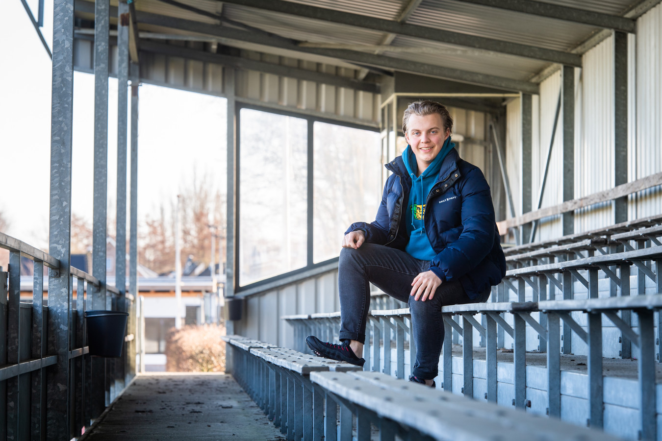 Terheijden - Pix4Profs/René Schotanus. Vince Visker (17) uit Terheijden op de tribune bij voetbalvereniging SVT waar hij zelf voetbalt.