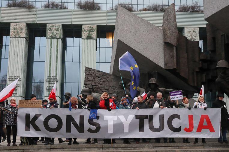 Rechters en advocaten vanuit heel Europa kwamen eerder dit jaar in Warschau samen om te demonstreren tegen wijzigingen van gerechtelijke wetten in Polen. Beeld Hollandse Hoogte / EPA